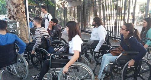 Da información en inglés y castellano de la oferta española de ocio y vacacional accesible.