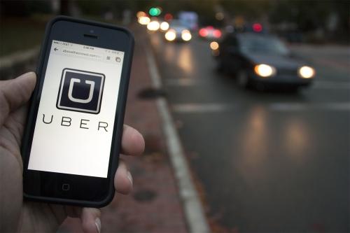 """O Uber se apresenta como um fenômeno da """"economia compartilhada"""", e é cobrada em relação à acessibilidade"""