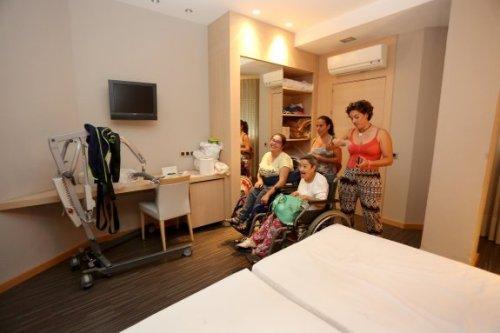 Rocío y Dolores, en silla de ruedas, en su habitación junto a Bea y Ana, las monitoras