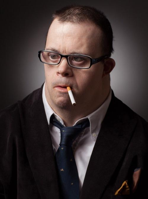 Síndrome de Down Michael como um executivo de terno e cigarro na boca
