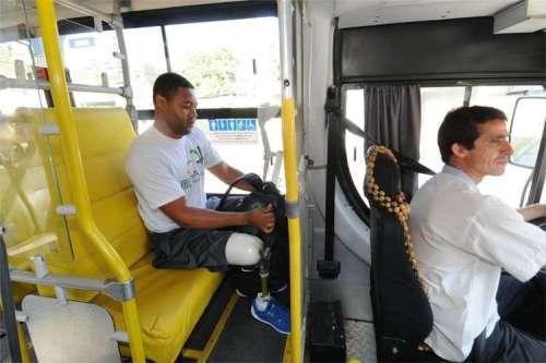 Ônibus até a Estação São Gabriel é quase sempre cheio. Quando se senta, a distância entre bancos é pequena, já que a prótese não dobra mais do que 90º