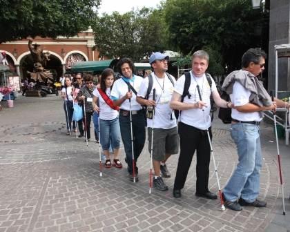 Cerca de 110 personas invidentes en Tlaquepaque recorrieron los edificios históricos.