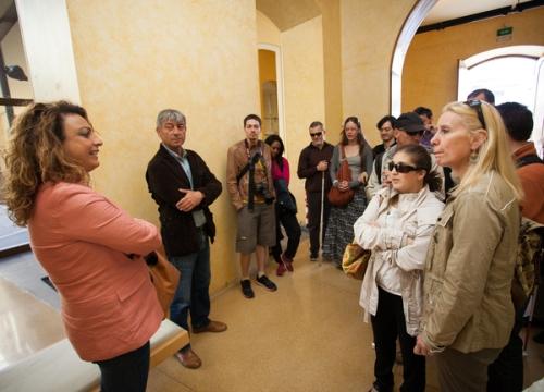 Cristina Valido atiende a personas con discapacidad visual en el Museo de la Naturaleza y el Hombre (MNH).