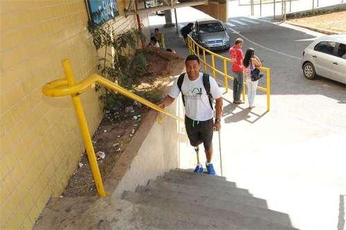 Escadaria da Estação São Gabriel do Metrô é apenas um dos problemas que tenista enfrenta no dia a dia