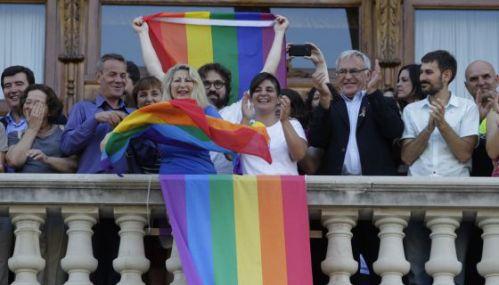 Fani Boronat, del colectivo Lambda, aplaude junto al alcalde Joan Ribó en el balcón.