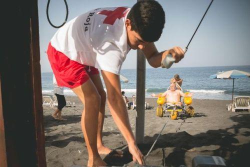 Instantánea del dispositivo mientras arrastra una silla anfibia en el momento de la salida del agua