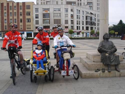 Javier Luque y su hijo, en León, junto a Gerardo, su piloto Javier Pitillas y Daniel, peregrino