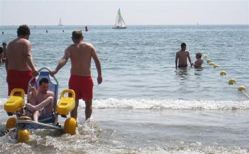 La playa de la Malvarrosa (Valencia) se ha firmado un convenio con la Cruz Roja para contar con medios para ayudar a las personas discapacitadas
