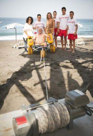 Un grupo de voluntarios con un usuario del sistema para facilitar el baño a los discapacitados físicos