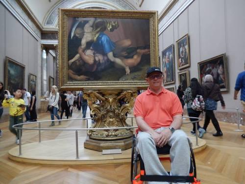 Wiliam Machado desfrutou da riqueza cultural proporcionada pelo Museu do Louvre, graças à acessibilidade existente no local