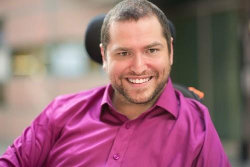 Andrew Morrison-Gurza, fundador da Deliciously Disabled, trabalha para que a sensualidade das pessoas não seja barrada por conta de deficiência.