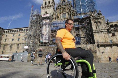 Óscar Jiménez llega a Santiago de Compostela en una silla de ruedas adaptada tras recorrer más de 700 kilómetros en ocho días.
