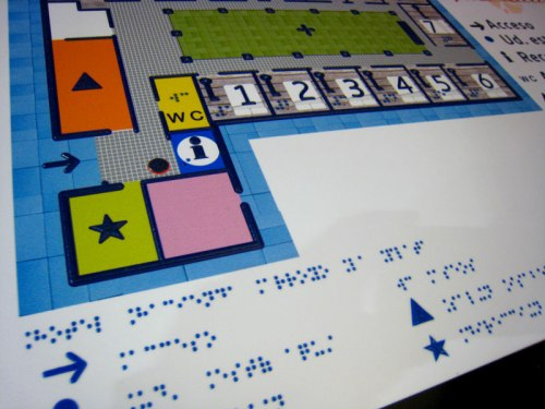 Cartel en braille y resaltado del Hotel Arroyo La Plata
