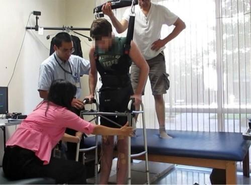 Em estudo preliminar, paciente andou cerca de 4m, com apoio (Foto PA)