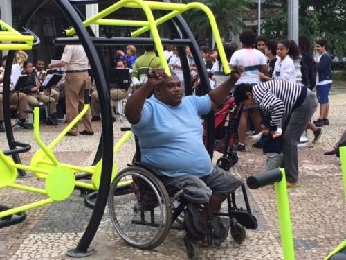 Equipamentos adaptados para cadeirantes foram testados em praça do Rio