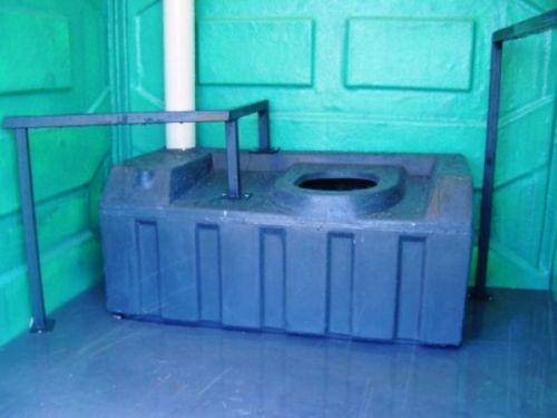 O banheiro químico necessita de espaço, para um cadeirante e acompanhante, além de acessórios como barras de apoio