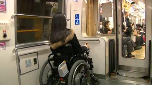 Para além da tecnologia, o Japão também impacta em suas medidas simples para oferecer a acessibilidade nos metrôs.