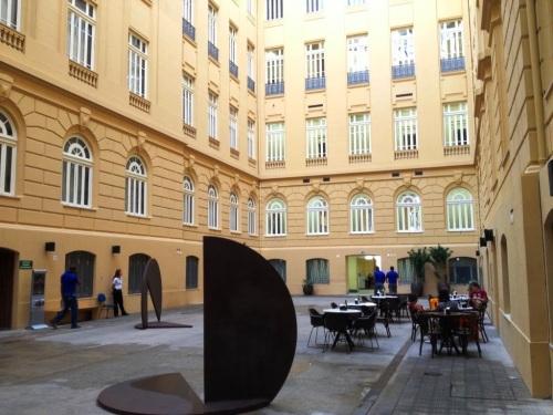 Parte interna do Centro Cultural do Banco do Brasil de Belo Horizonte mostra um ambiente agradável e acessível