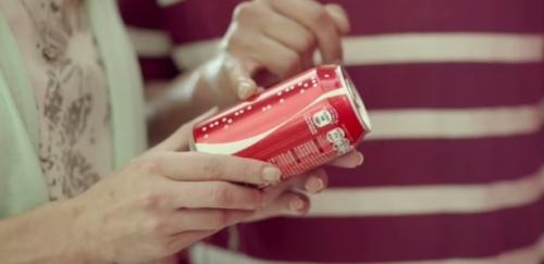 A Coca-Cola fez uma campanha especial para cegos no México e na Argentina colocou em braile o nome de pessoas nos rótulos de garrafas e latinhas.