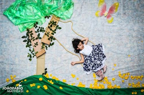 Esta é a Pri brincando em um balanço debaixo de uma árvore