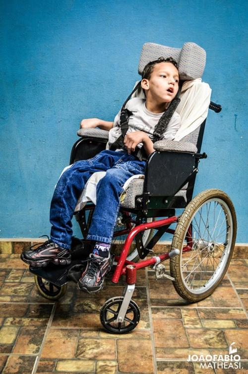 Este é o Luizinho com sua amiga, a cadeira de rodas.