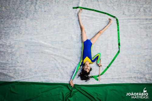 Nubia sonhando em ser ginasta olímpica