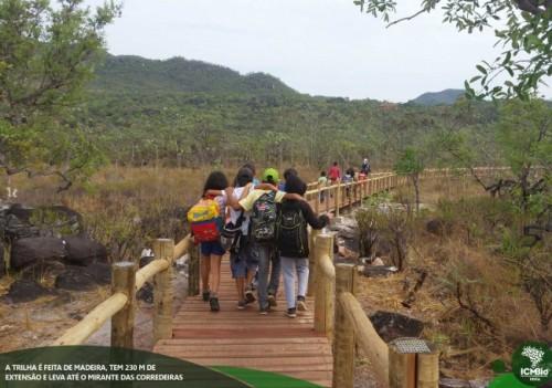 A trilha é feita em madeira, tem 230 metros de extensão e leva até o mirante das corredeiras