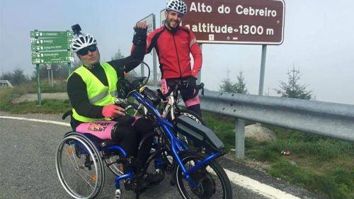 Óscar Jiménez ha sobrevivido a siete operaciones. Sobrevivido, porque más de una habría podido costarle la vida. Tiene 35 años y su día a día está ligado a una silla de ruedas a causa de una negligencia médica.