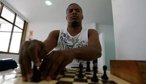 Campeão Jeferson Lisboa toca as peças para identificar seu tipo e posição antes de movimentá-las