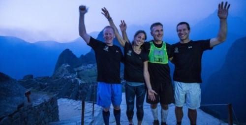 Dan Berlin (de colete verde) superou todos os limites e tornou-se primeiro atleta cego a terminar o trajeto de mais de 40km até Machu Picchu