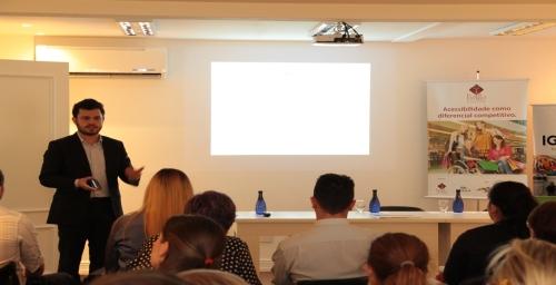 Diretor da Rossi & Zorzanello, Marcus Vinicius Rossi, participa de palestra na cidade de Bento Gonçalves falando sobre o case do Salão de Acessibilidade no Turismo