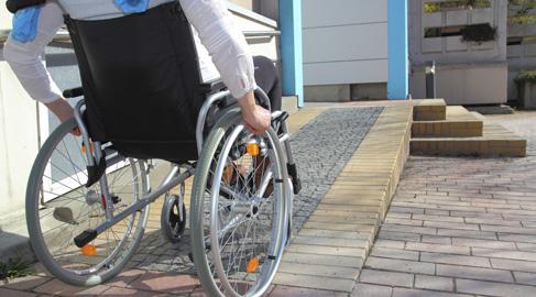 En los tiempos que corren, todavía quedan localidades de gran riqueza cultural y turística que no han terminado de adaptar sus espacios a las necesidades de las personas discapacitadas.