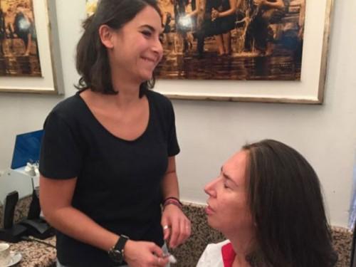 Funcionárias de salão de beleza ajudam deficientes visuais a se maquiar