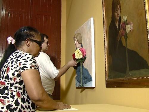 Gilmar e Maria Helena puderam apreciar as peças com as mãos