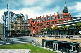 Manchester (Inglaterra) - Apesar de ter sido o berço da Revolução Industrial, Manchester também foi remodelada na década de 1990. Hoje, suas calçadas são lisas..