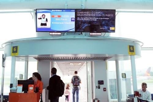 Muitos surdos perdem seus vôos devido à mudanças da porta de embarque serem anunciadas somente pelo alto falante
