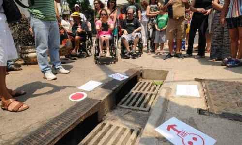 Na esquina de Piauí com Padre Rolim, um bueiro impede o trânsito de cadeirantes entre dois lados da calçada (foto Cristina Horta EM DA Press)