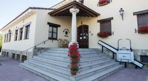 Numeroso hoteles, grandes o pequeños, han instalado sistema de acceso para personas con movilidad reducida. (En la imagen el hotel Rubielos de Mora)