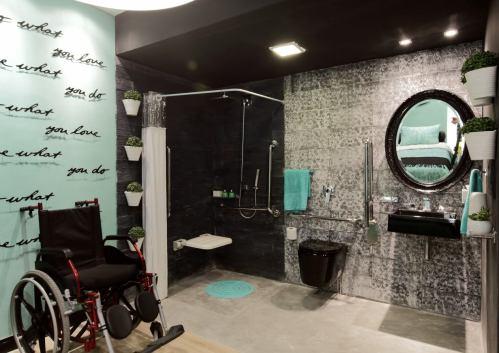 Suíte do hóspede é composta por placas cimentícias coloridas, que dão destaque na decoração do quarto e banheiro