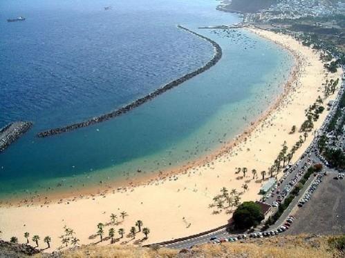 Tenerife es una de las principales islas del archipiélago de las Canarias. Con sus 2.000 kilómetros cuadrados, es la mayor de las islas que lo componen. Tenerife cuenta con playas y un clima excelente.