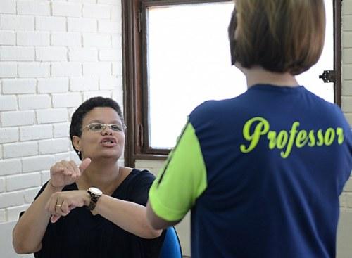 Decreto determina que haja em lugares públicos serviços de atendimento para pessoas com deficiência auditiva