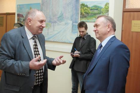 Galkin (esq.) já realizou mais de mil exposições com obras produzidas na academia