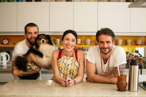 O diretor Lucas Costa com o cachorro Bart, Débora e Felipe Dable, intérprete e cozinheiro do Chef Cenoura, respectivamente.
