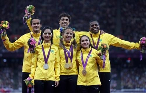 Pódium triplo na categoria 100 m T11 nos Jogos Paralímpicos de Londres com Terezinha Guilhermina, Jerusa Santos e Jhulia Santos e seus guias
