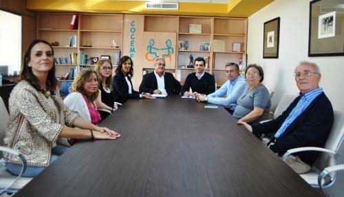 Presidente de COCEMFE, Marcelino Escobar y el resto de su junta directiva, acompañado por los concejales de Acción Social, María Gil, y Obras Públicas, Julián Garijo.