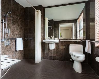 Accesibilidad en el baño es uno de los elementos más importantes de una habitación de hotel
