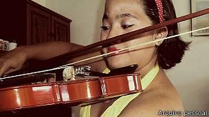Ana afirma levar uma vida normal 'hoje sei até tocar violino!'