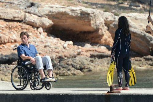 Emilia Clarke e Sam Claflin gravando cenas do filme em uma praia de Majorca, na Espanha