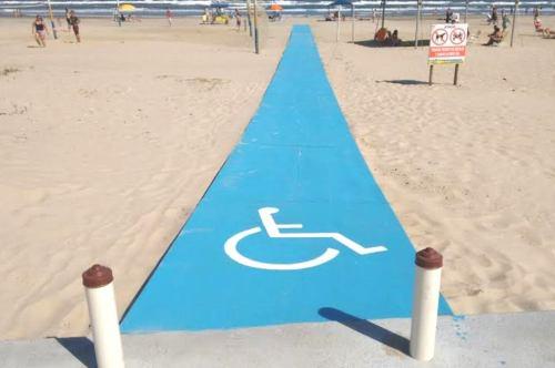 Foi construída na última sexta-feira, dia 22, uma passarela que dá acesso aos cadeirantes e deficientes físicos para que todos tenham acesso à beira da praia e ao mar.