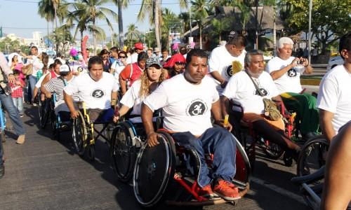 Las personas llevaron su silla de ruedas, bicicletas, patines, triciclos, patines, mientras que otros optaron por caminar con el contingente por la costera.